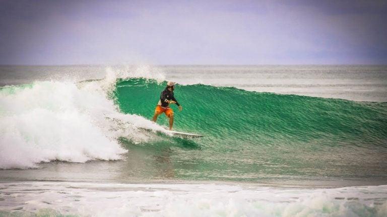 surfing playa linda left wave